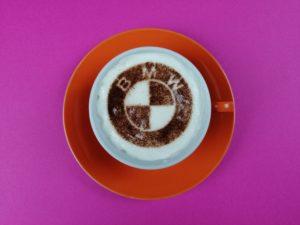 Eine individuelle Kaffeeschablone für eine BMW Autohaus