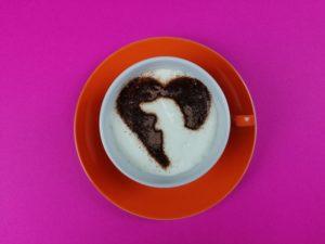 Kaffeeschablone aus Edelstahl mit Dackel Motiv